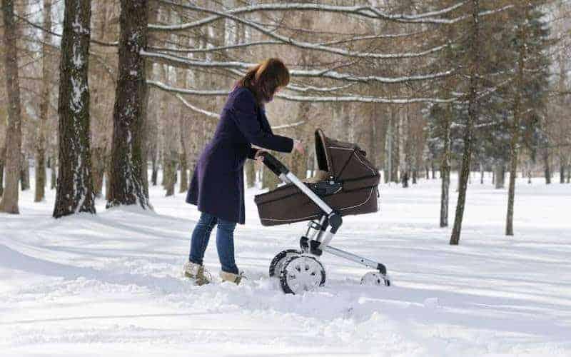Zimowy spacer zniemowlakiem. Wychodzić czynie?