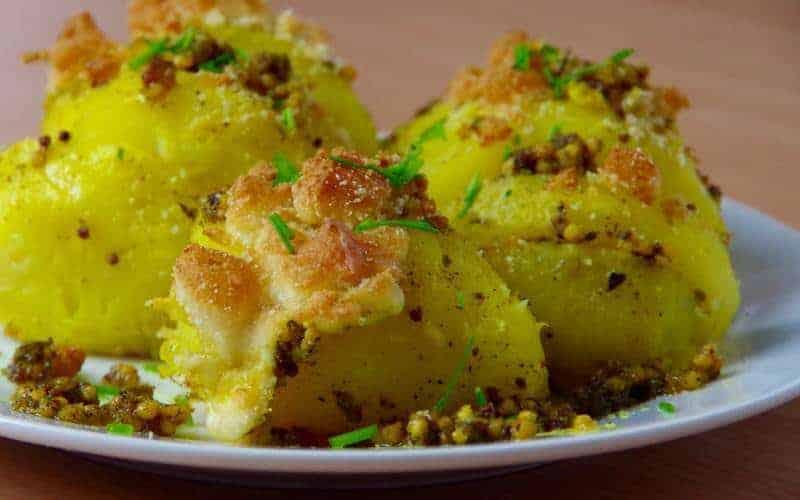 Pieczone ziemniaki zwędzonym serem