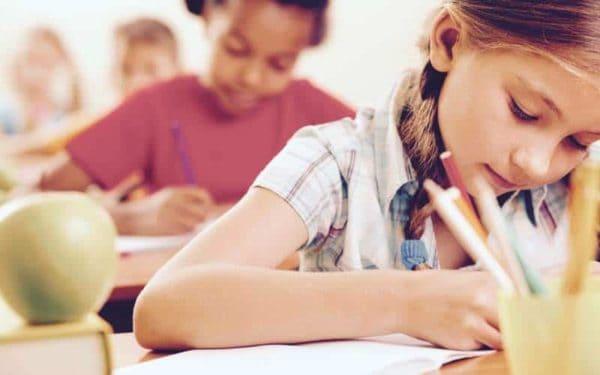 dzieci piszące sprawdzian