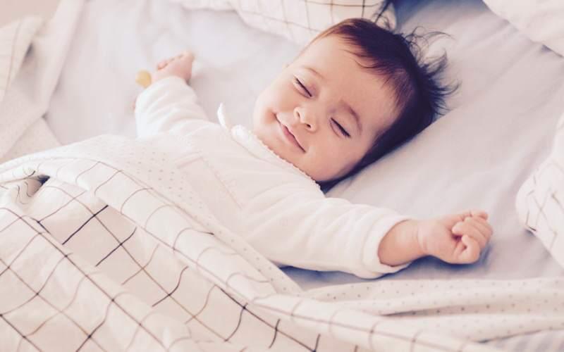 dziecko śpi samo