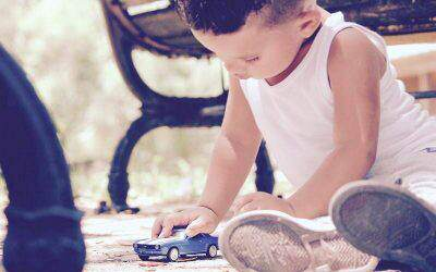 Jak nauczyć dziecko dzielenia się zabawkami? Zacznij odkarmienia gołębi