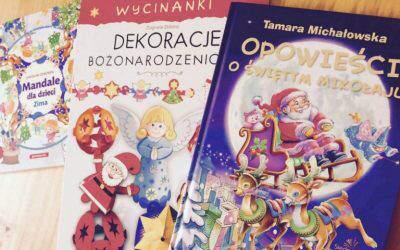 Opowieści oŚwiętym Mikołaju idekoracje bożonarodzeniowe zklasyczną historią wtle