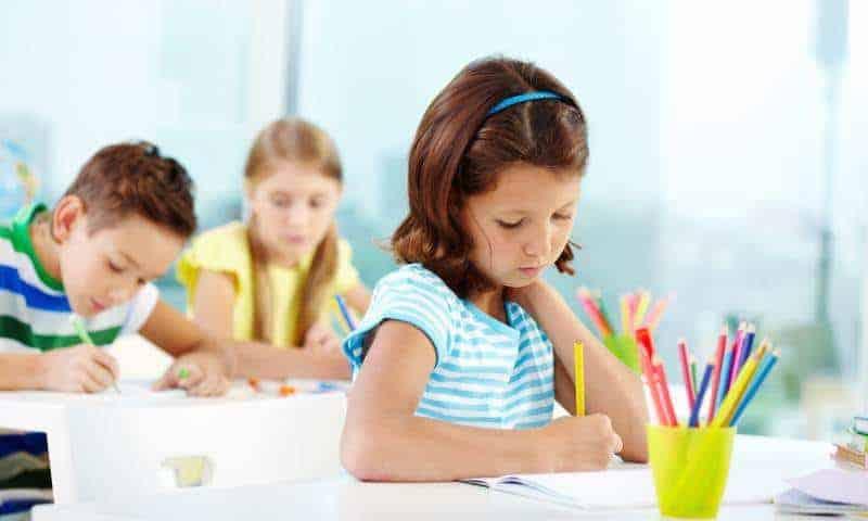 Jak pomóc dziecku poradzić sobie znieśmiałością iwejściem donowej grupy?