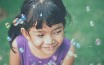 """Czy bańki mydlane mogą być edukacyjne? Zobacz 12 """"bańkowych"""" zabaw dla dzieci"""