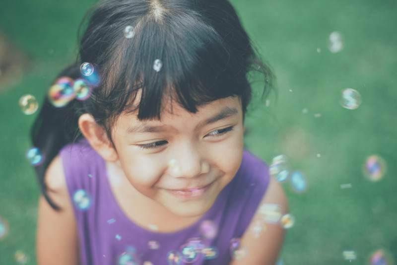 """Czybańki mydlane mogą być edukacyjne? Zobacz 12 """"bańkowych"""" zabaw dla dzieci"""