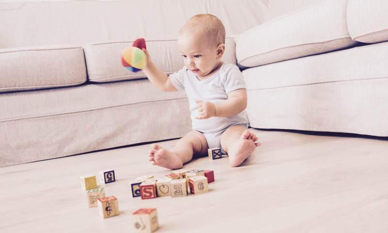 Jak nauczyć małe dziecko samodzielnej zabawy?