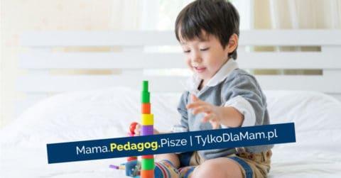10 zabaw wspierających emocje dziecka dziecko buduje z klocków chłopiec się bawi