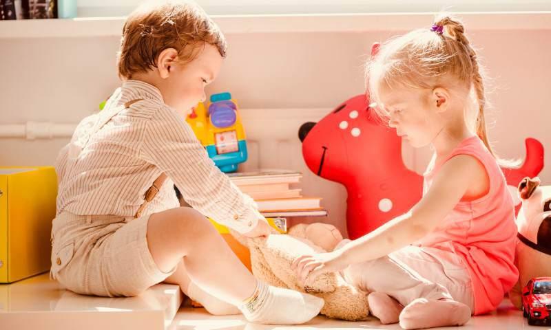 Właśnie twojedziecko wyrywa drugiemu zabawkę. Wesprzyj je!
